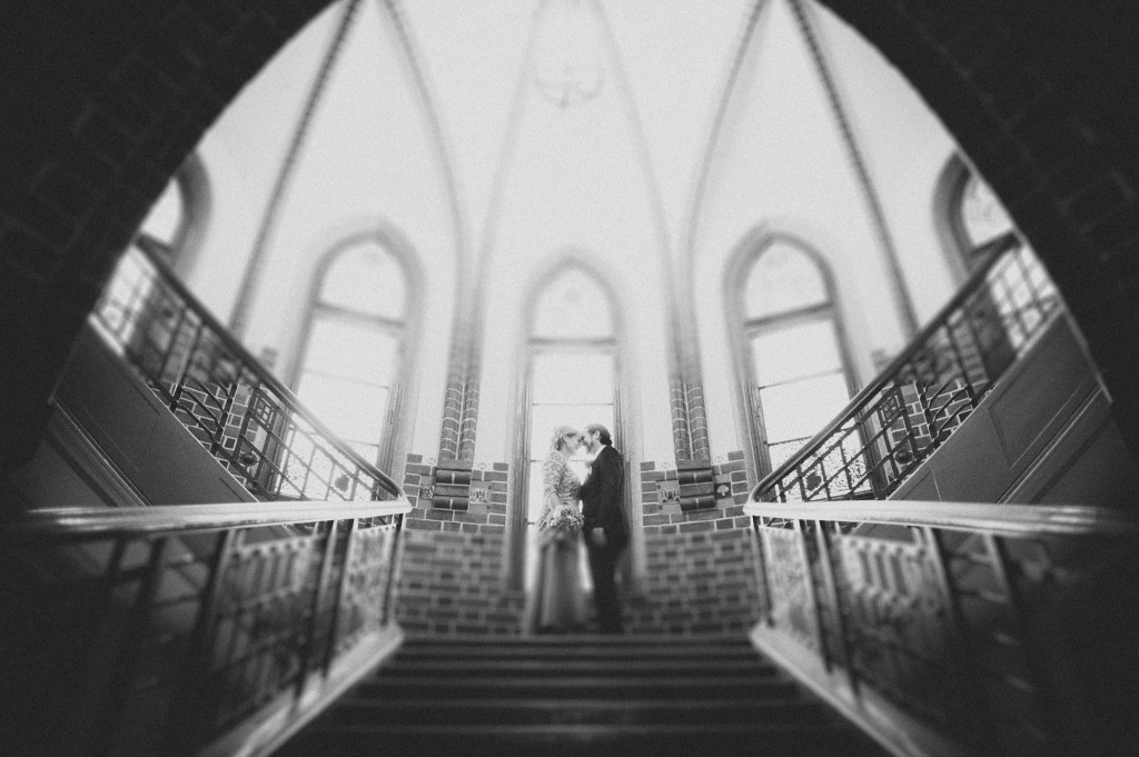 Portrait Brautpaar im Treppenhaus des Rathaus Köpenick