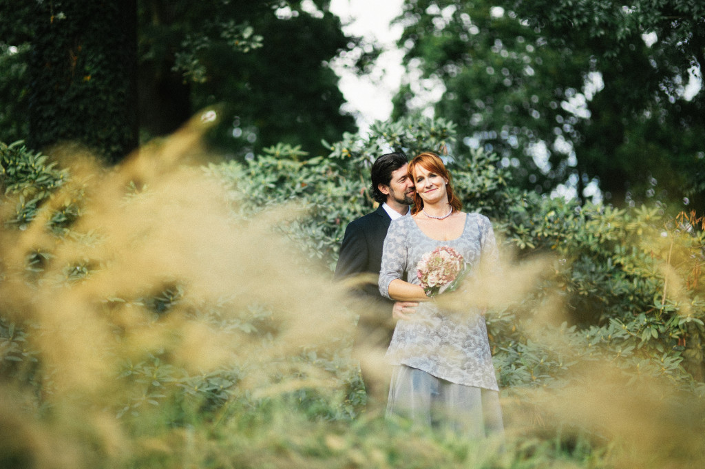 Brautpaar Portrait im Grünen