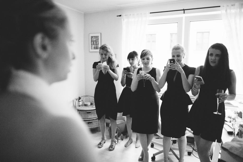 Brautjungern fotografieren Braut mit Handys