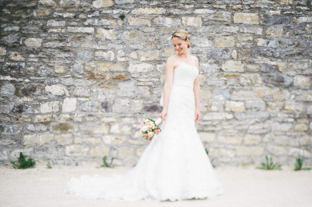 Portrait einer Braut vor Steinwand
