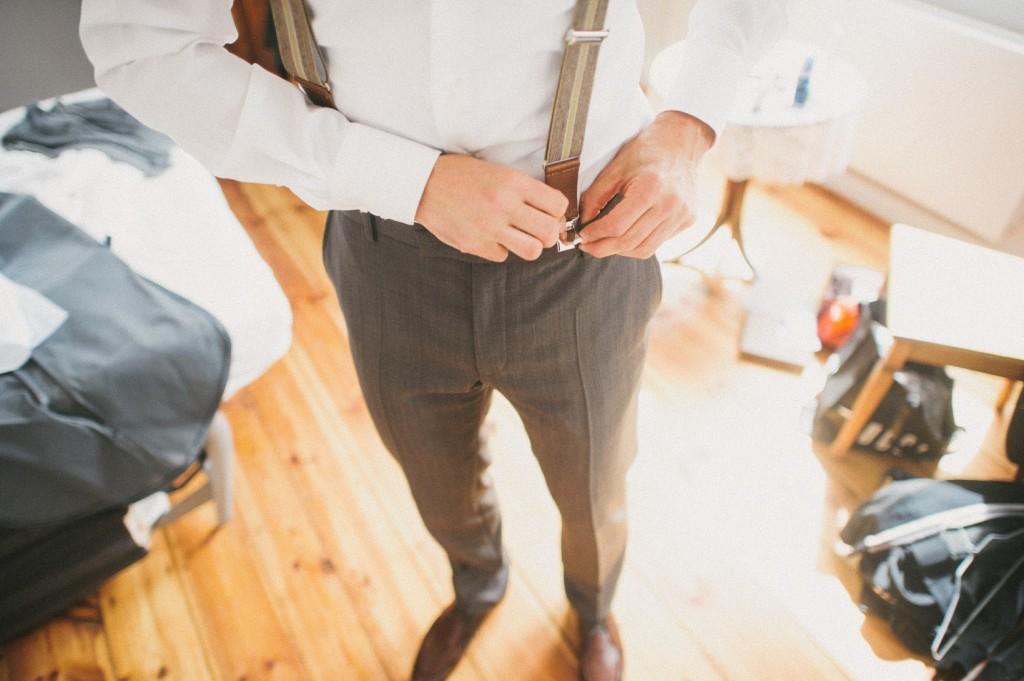 Bräutigam legt Hosenträger an