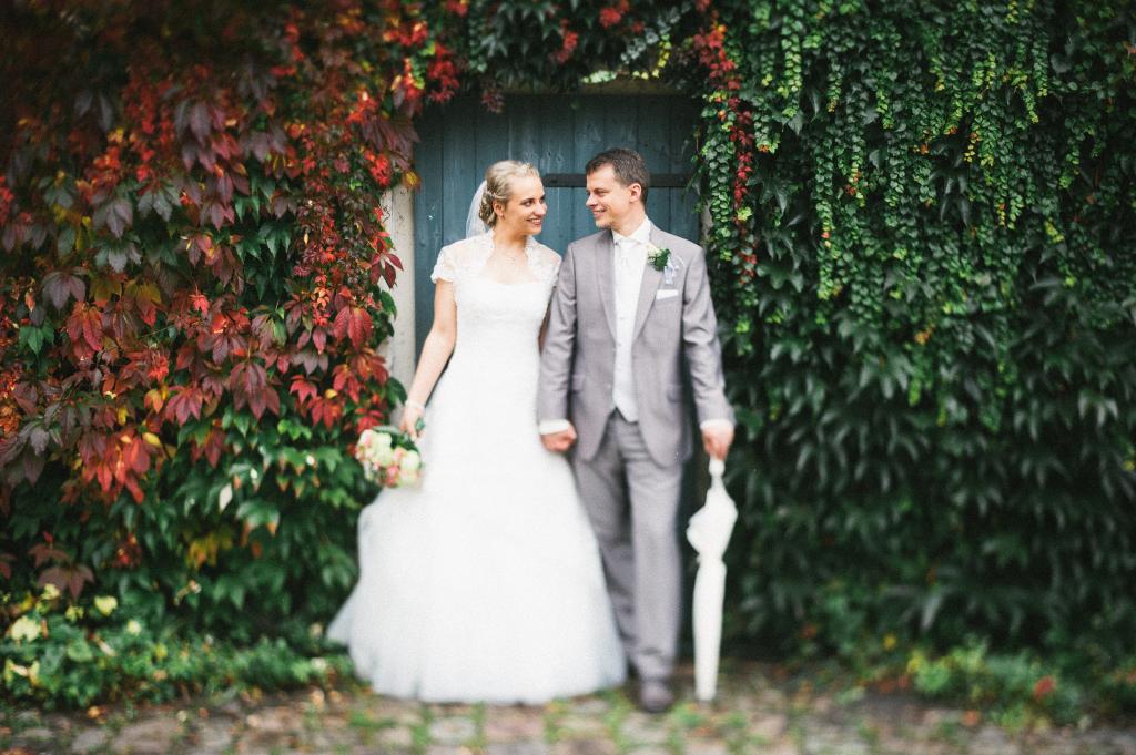 Freelensing Portrait Brautpaar vor einer Tür