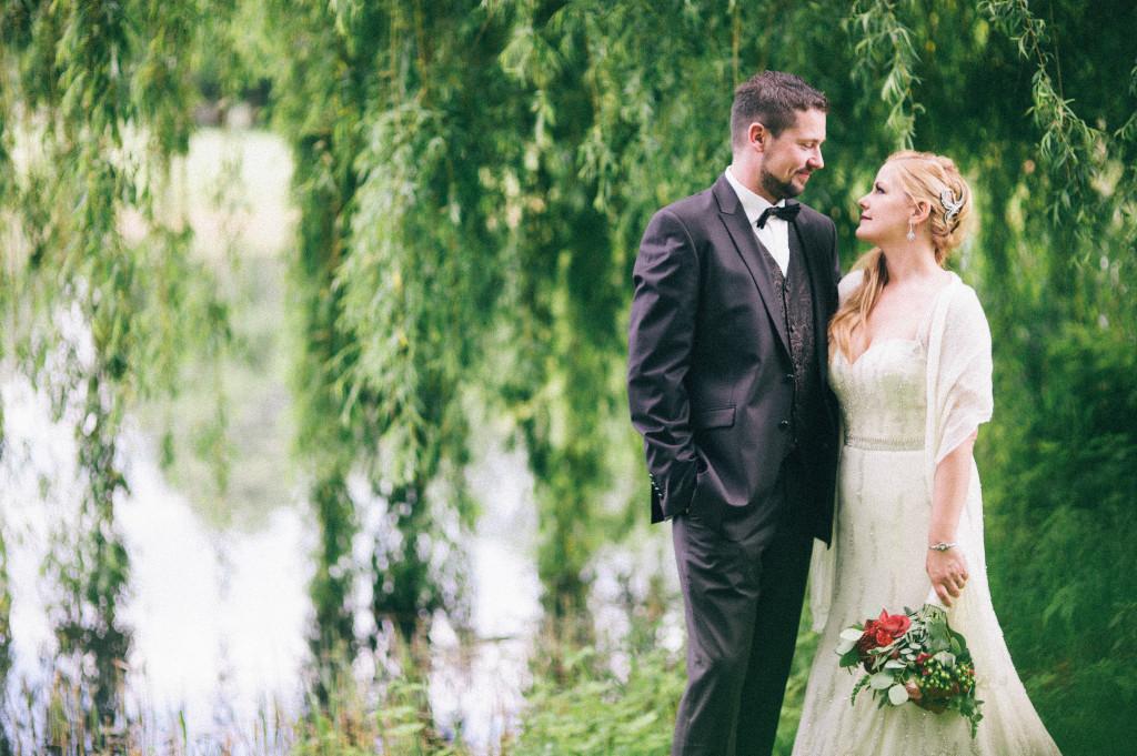 Portrait Brautpaar vor einer Weide am See