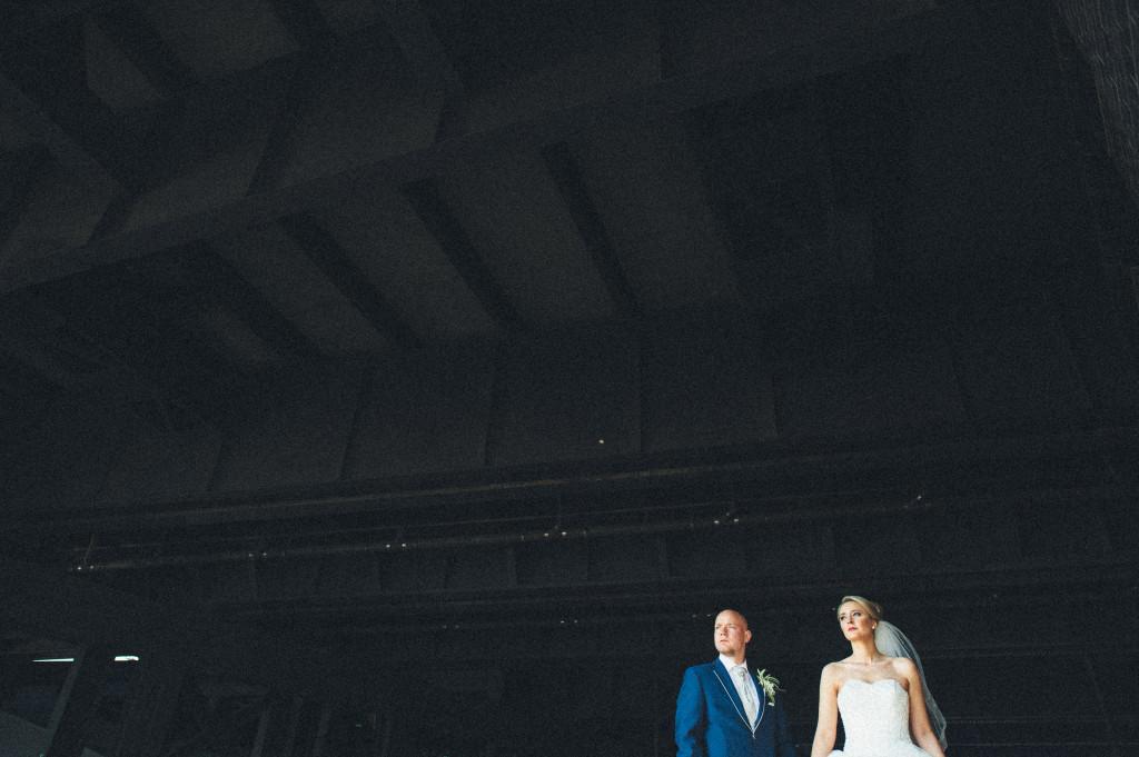 Brautpaar Portrait unter einer Brücke