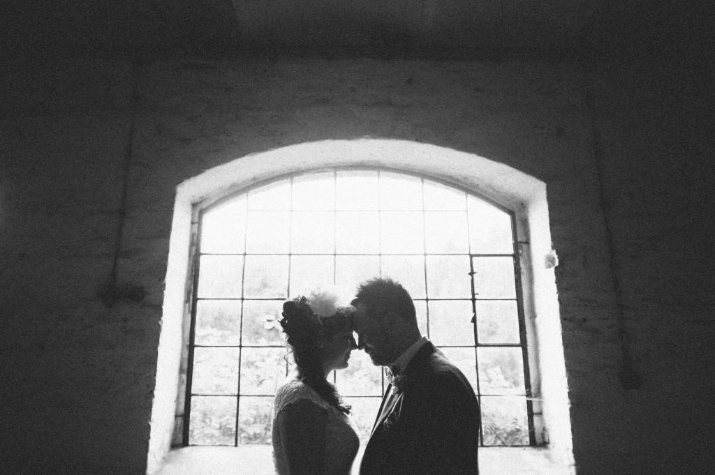 Brautpaar Portrait vor Fenster