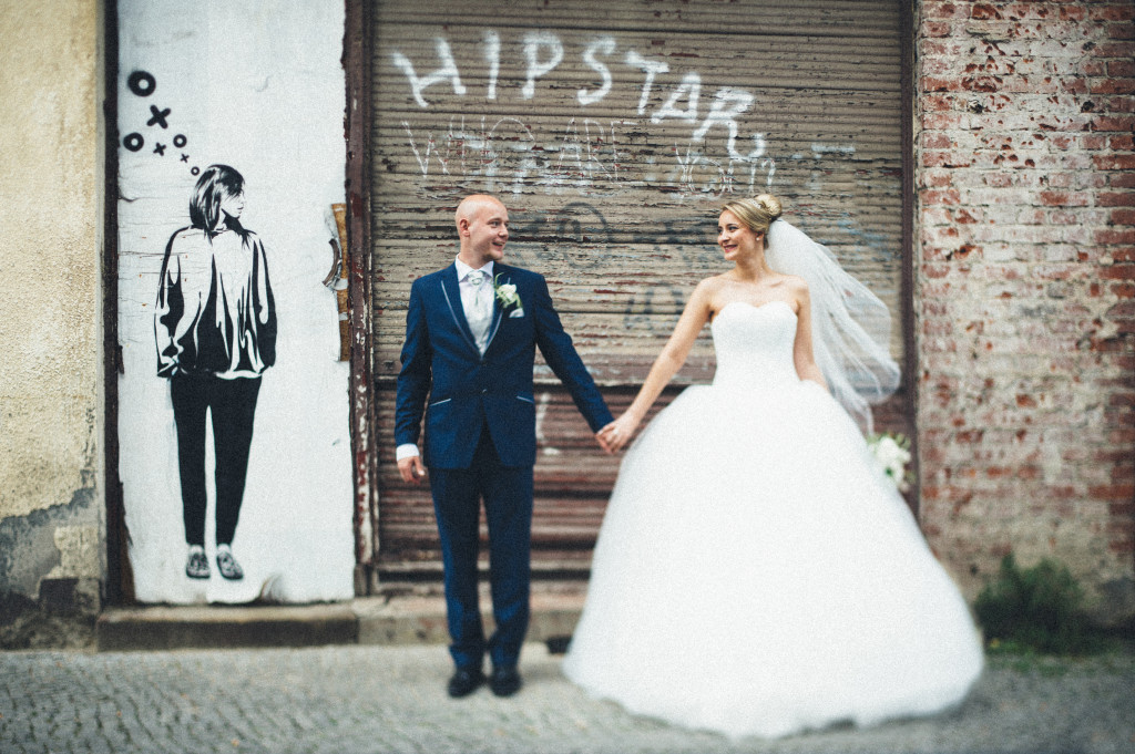 Brautpaar Portrait vor Graffiti in Berlin