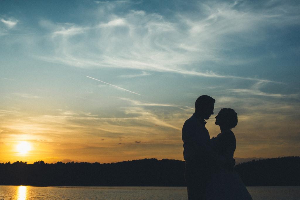 Brautpaar vor Sonennuntergang am See