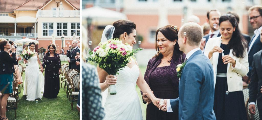 15 Hochzeitsfotograf Berlin Trauung im Freien Einmarsch Braut