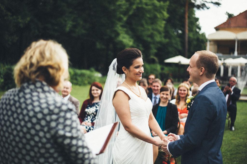 27 Hochzeitsfotograf Berlin freie Trauung im Freien