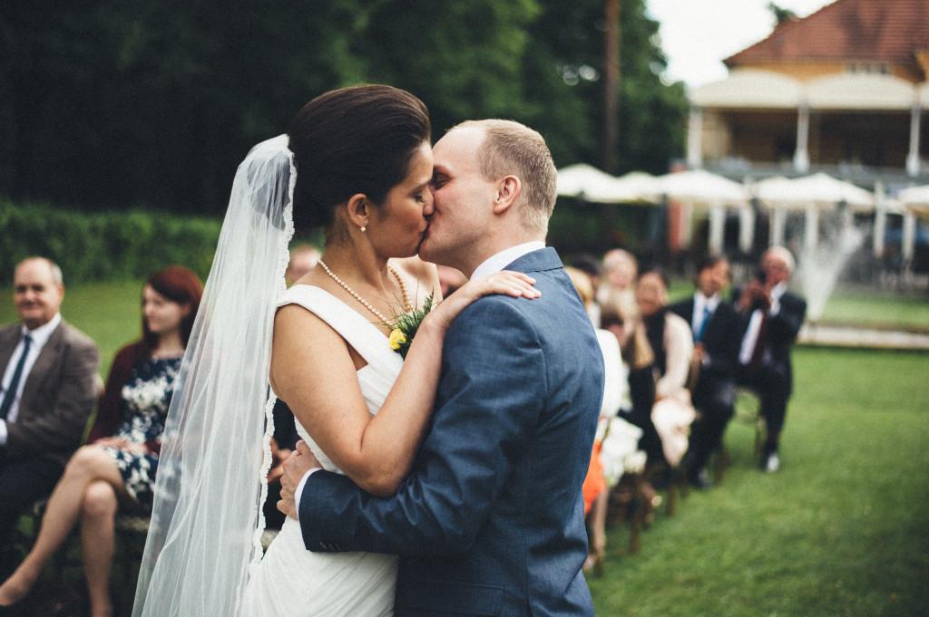 31 Hochzeitsfotograf Berlin freie Trauung im Freien Kuss