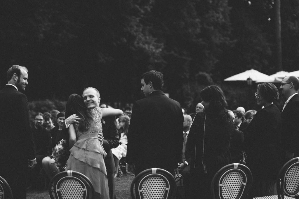 33 Hochzeitsfotograf Berlin freie Trauung Umarmung